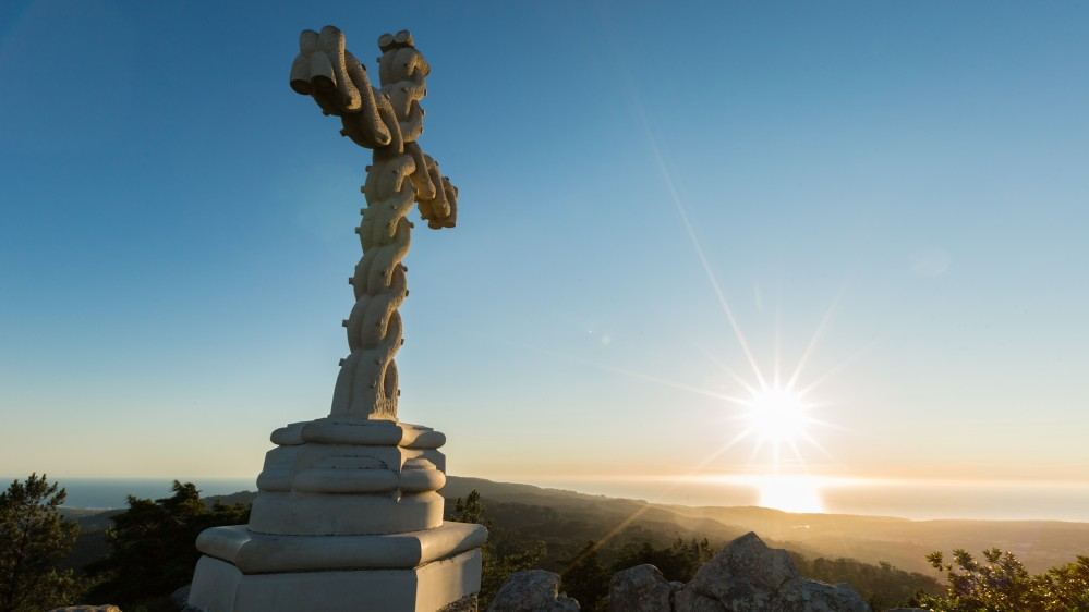 The High Cross marks the highest point of the Sintra hills in the Park of Pena, and offers a spectacular view. – © PSML / Wilson Pereira