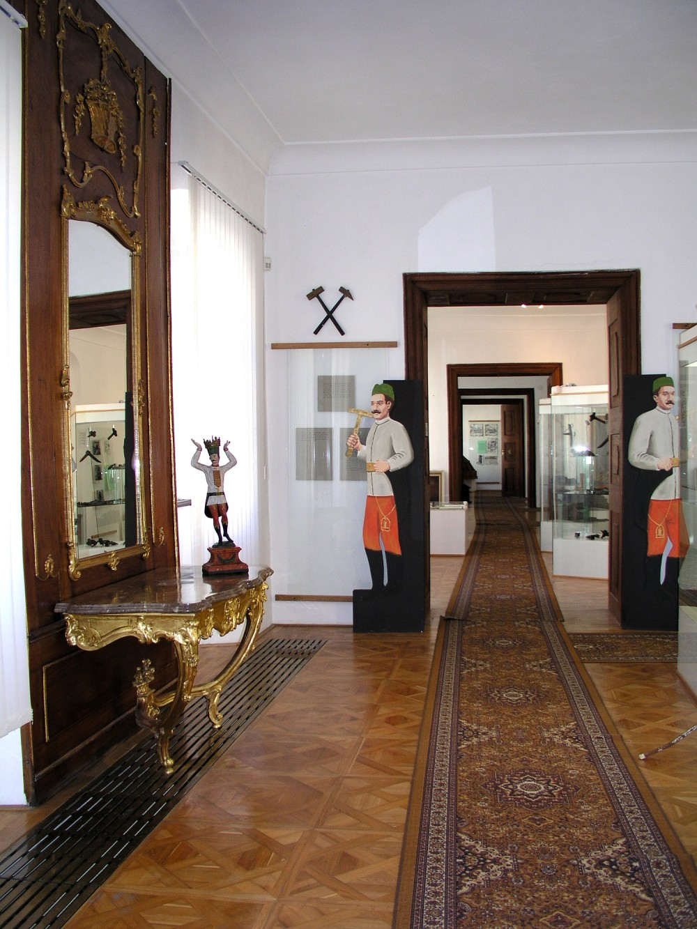 Inside the Kammerhof complex you'll still find figures of Ausus miners at the door. – © Lubo Luzina