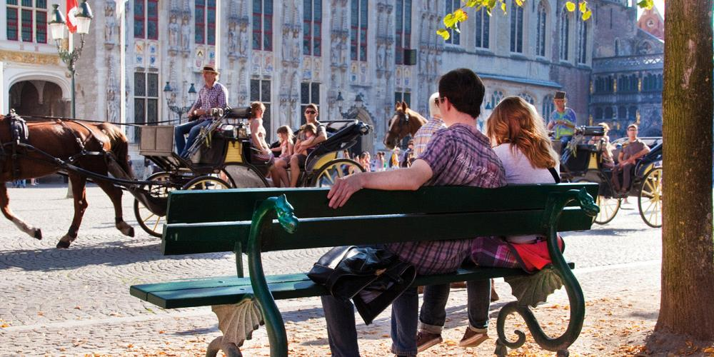 There are no bad views when relaxing with your special someone on the Burg Square. – © Jan D'Hondt / VisitBruges