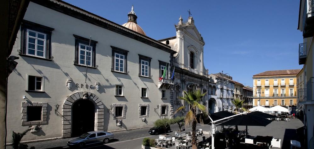 Piazza dei Giudici with the Palazzo del Municipio of the XVI century on the left. – © Bruno Cristillo