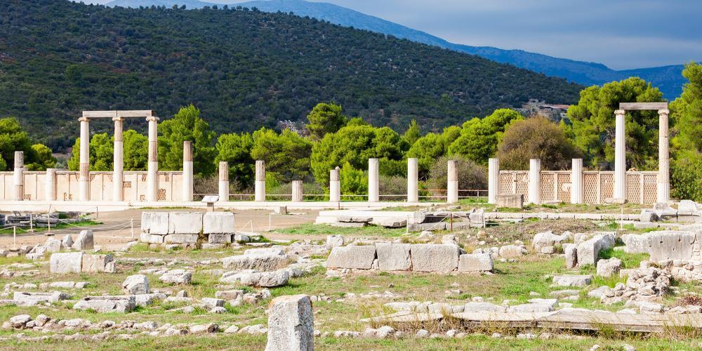 Ruines du Sanctuaire d'Asclépios en Epidaure dédié à Asclépios, le dieu grec de la médecine. – © saiko3p / Shutterstock