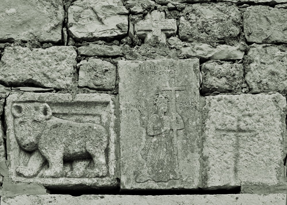 The Chapel of St Helena was built in the 15th century. The rustic relief of the walking bear could be an artefact from an earlier Slavic sanctuary in the area. – © Stari Grad Plain