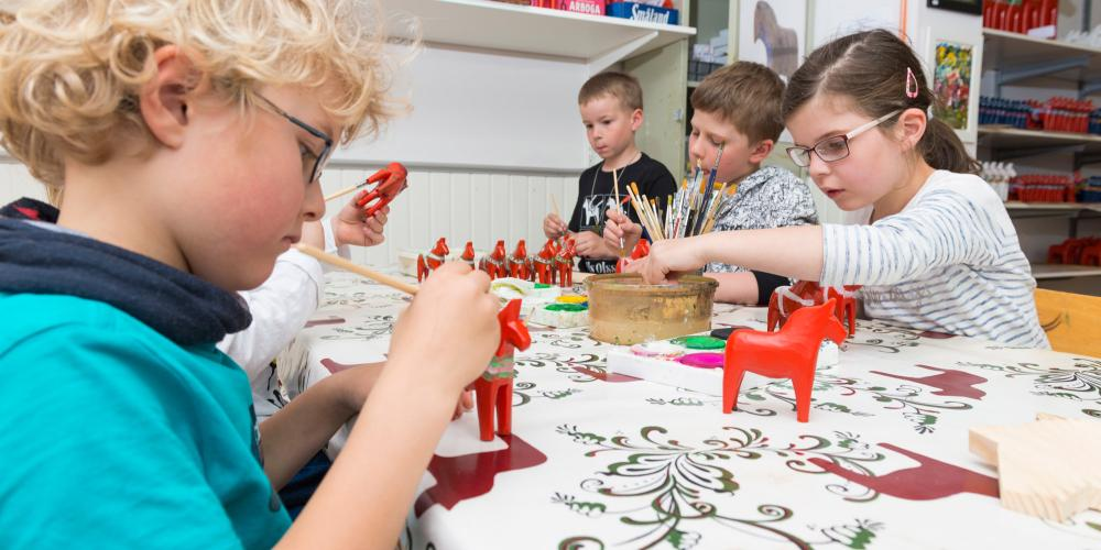 In the workshop, visitors can paint their own Dala horses. – © Kola Productions