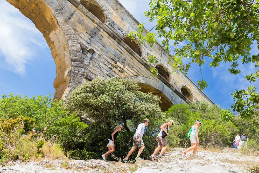 La merveille qu'est le Pont du Gard peut être découverte depuis différents angles, avec des sentiers qui y mènent depuis les deux rives de la rivière et des perspectives depuis le bas. – © Aurelio Rodriguez