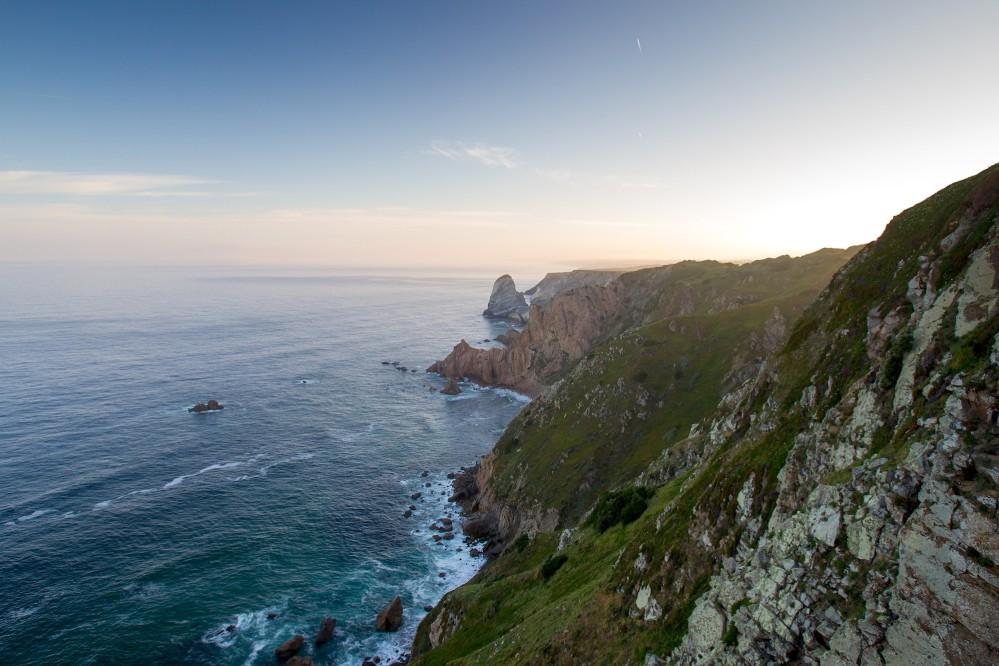 La côte de Sintra vue du point le plus occidentale d'Europe, le Cabo da Roca, dernière masse de terre que voyaient au XVe siècle les navigateurs portugais lancés en quête de nouvelles routes maritimes. – © PSML / Luís Duarte