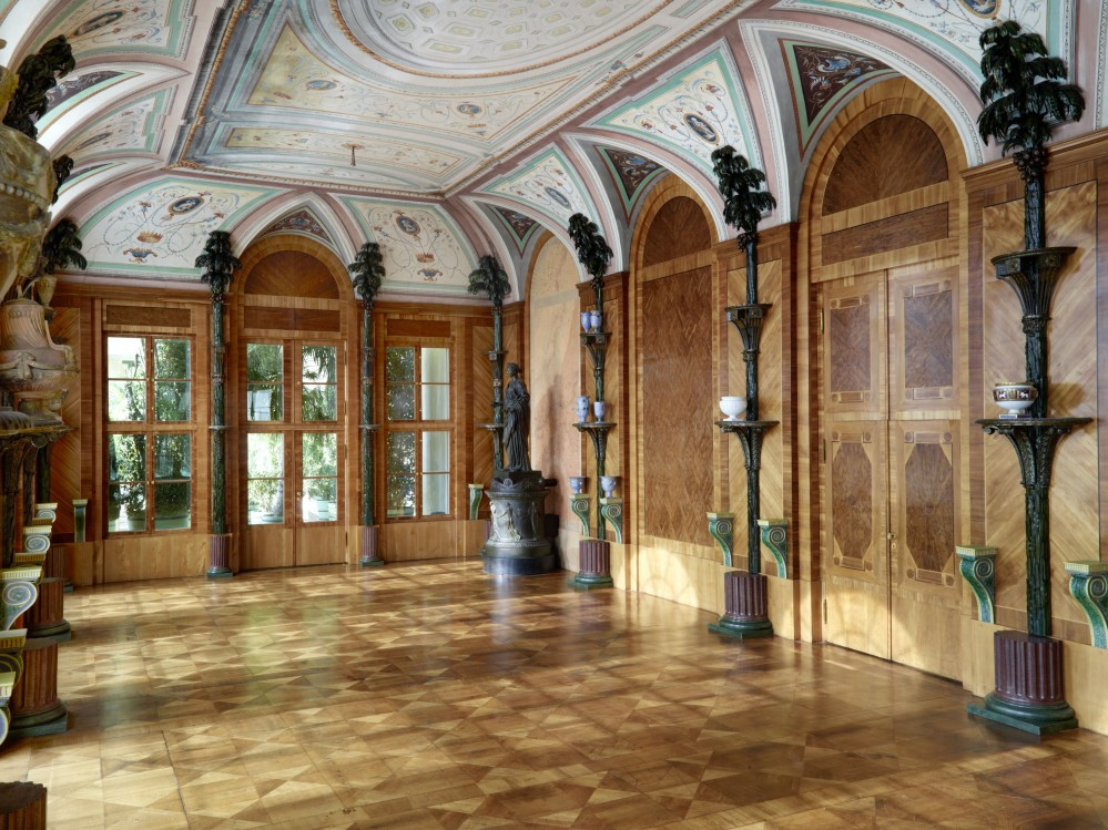 Artificial palms ornament the walls of the Hall of Palms, covered in wall panels of local wood. This room was used as a concert hall during the summer months. – © W. Pfauder / SPSG, Orangery, New Garden, Hall of Palms, Potsdam