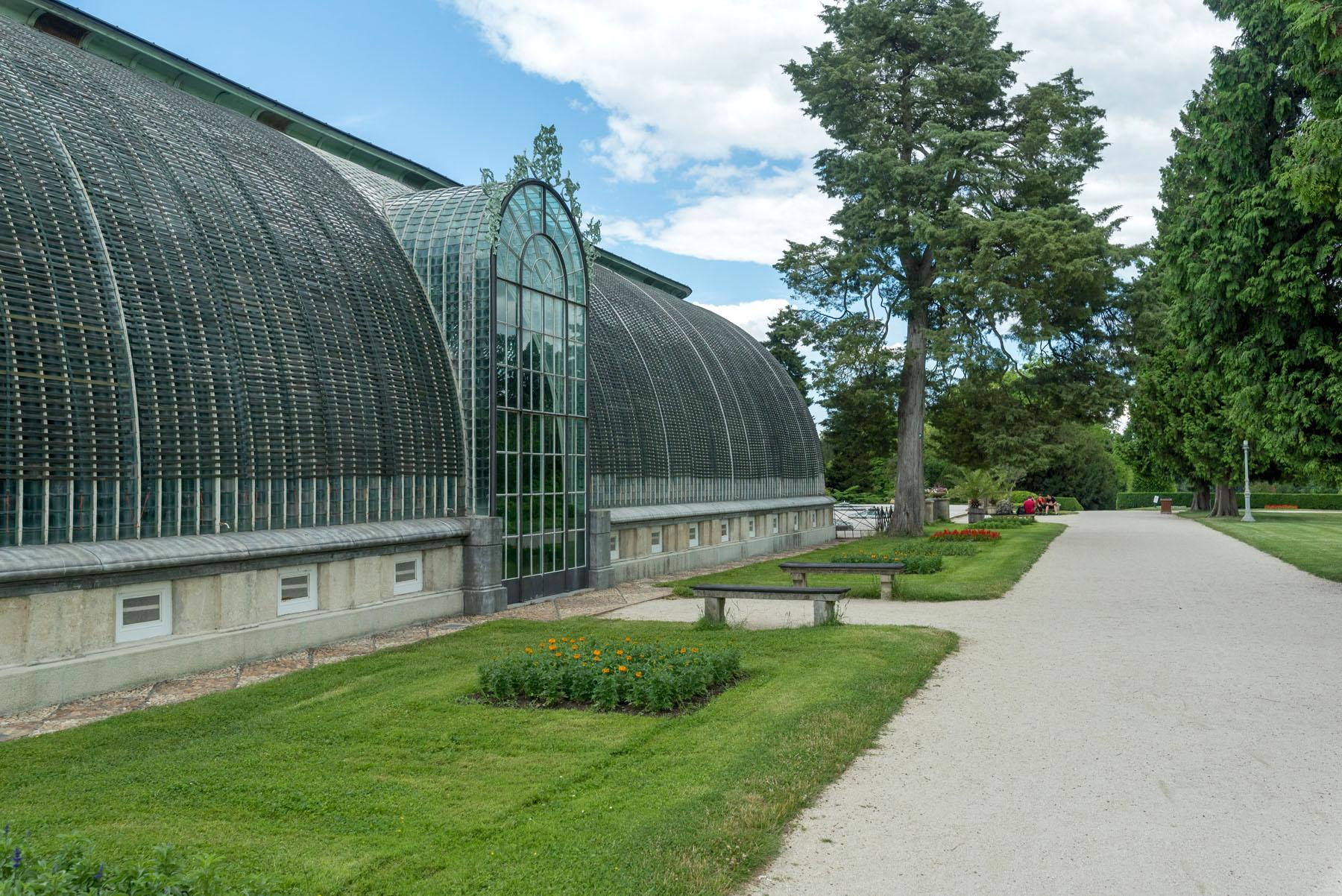 The greenhouse creates a divide between the parterre and landscaped sections of the park. About 250 species of tropical and subtropical plants are grown inside. – © Archive of Lednice Castle