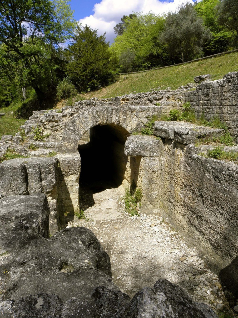 Regulation basin from Roman aqueduct in Eure valley. It was used to control the flow of water in the conduit and to close the aqueduct for cleaning or repairs. – © City of Uzès