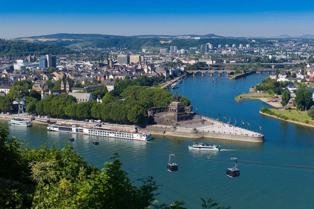 « Deutsches Eck » (le coin allemand) est le confluent le plus connu d'Allemagne. C'est ici que le « Père Rhin » rencontre la « Mère Moselle ». C'est aussi le point de départ du téléphérique de la forteresse d'Ehrenbreitstein. – © Herbert Piel / Piel Media, Rheintouristik Tal der Loreley