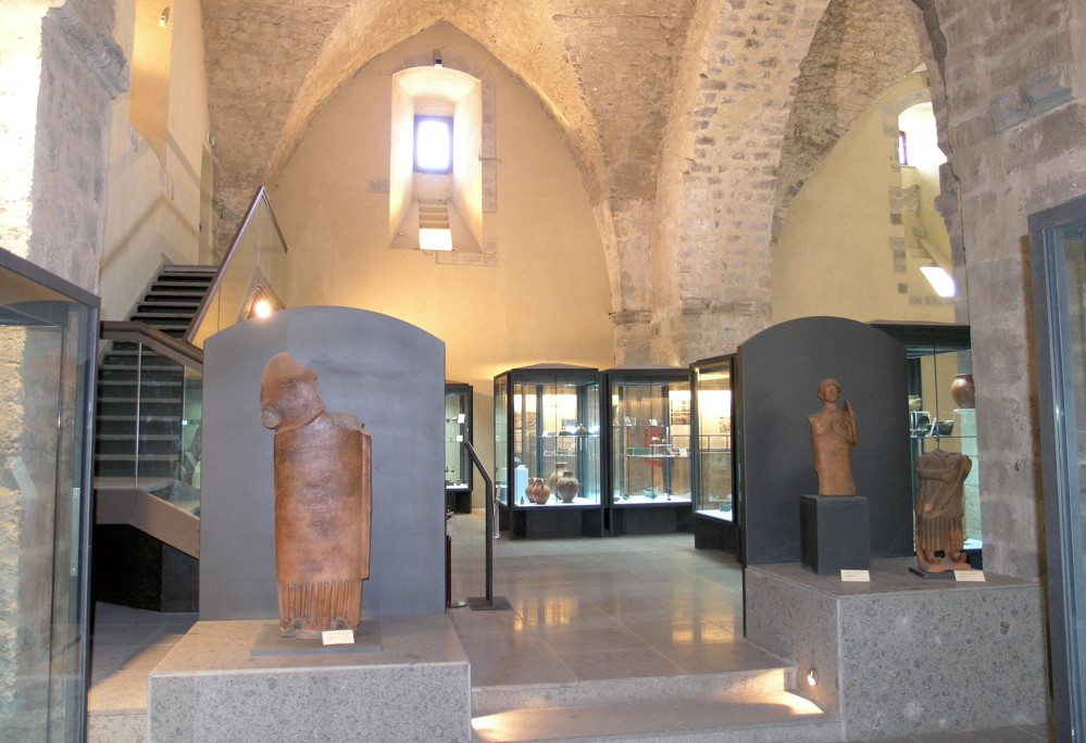 The museum includes objects from the city centre and across the local area, particularly the works of the ancient italic Sidicini culture, with its unique figurative sculpture designs. – © Sidicinum Archaeological Museum