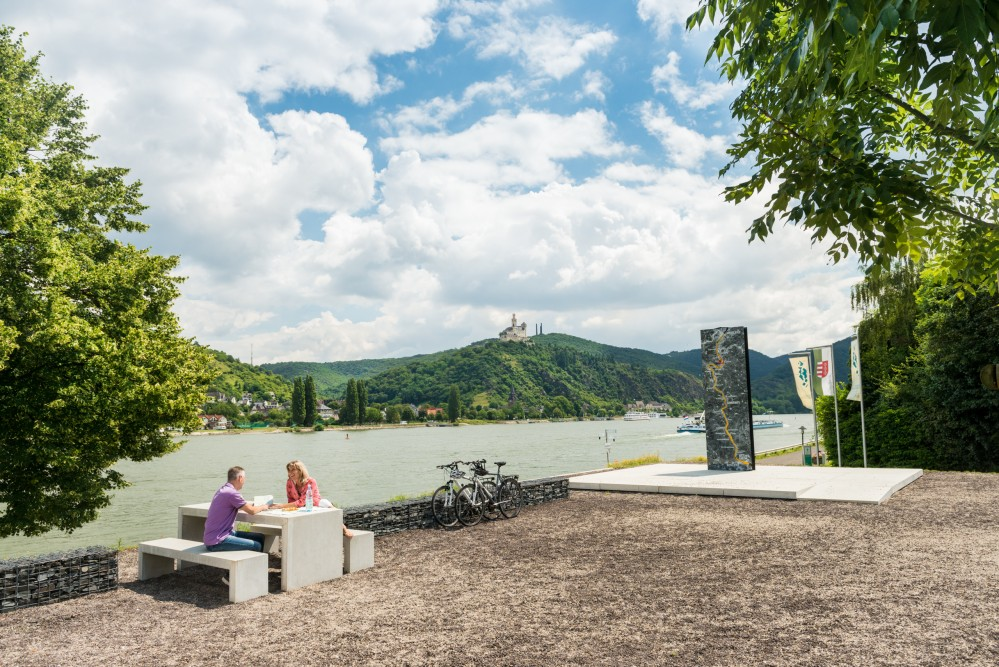You will find extraordinary stops on the Rhine Cycle route, at one of the 'Rhine-Views' along the Loreley-Valley. – © Dominik Ketz / Romantischer Rhein Tourismus GmbH