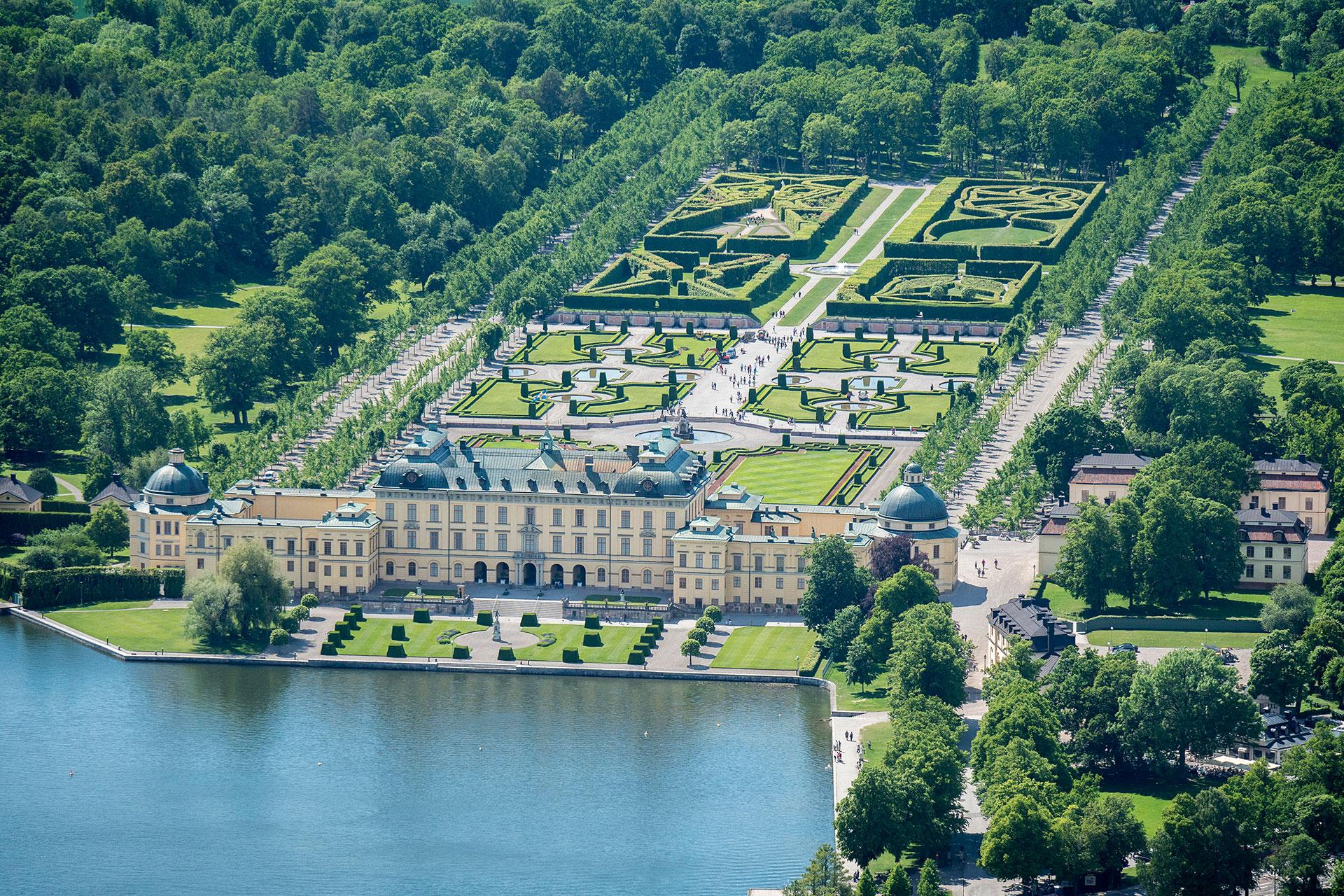 Viewing paths extend throughout the English garden and the Baroque garden, providing visitors with beautiful viewpoints and landscape vistas. – © Jonas Borg