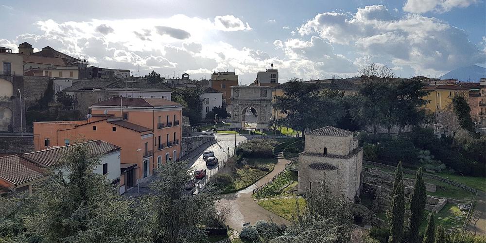 A view of Benevento with the Arch of Trajan in the centre. – © Comune di Benevento