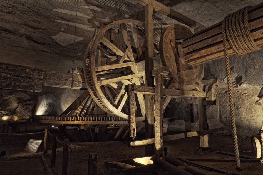 Les tapis roulants actionnés par les chevaux sont les machines d'extraction les plus grandes et les plus importantes utilisées dans la mine de sel de Wieliczka. Grâce à ces tapis roulants et au travail acharné des chevaux, jusqu'à 80 tonnes de sel étaient extraites par jour. – © Bartek Papież