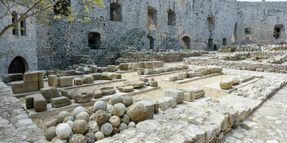 From the central courtyard of the Chlemoutsi Castle, the prince's wing is visible. – © Hellenic Ministry of Culture and Sports / Ephorate of Antiquities of Ilia