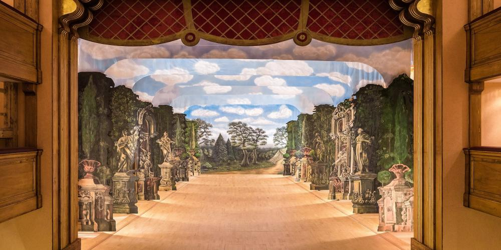 Backdrops in the theatre allow the creation of different scenography. – © Jiří Wasserbauer