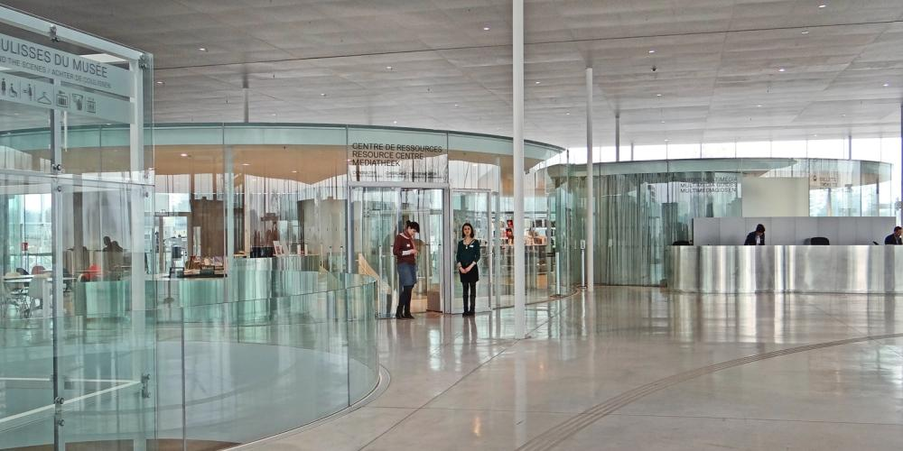 The reception hall of the Louvre Lens – © Jean-Pierre Dalbéra / Wikimedia