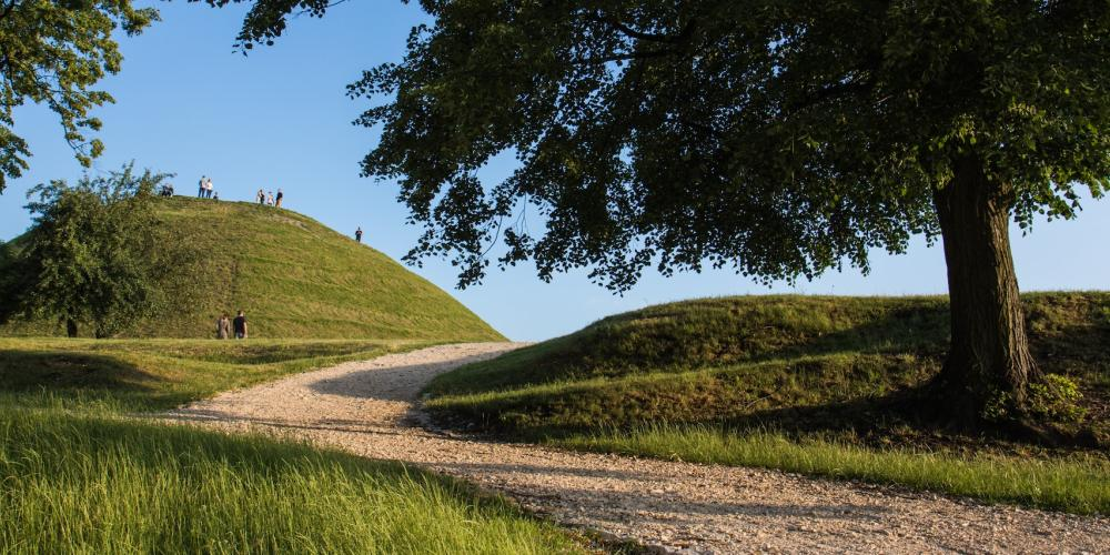 Path to Krakus Mound in Kraków. – © JaGra / Shutterstock