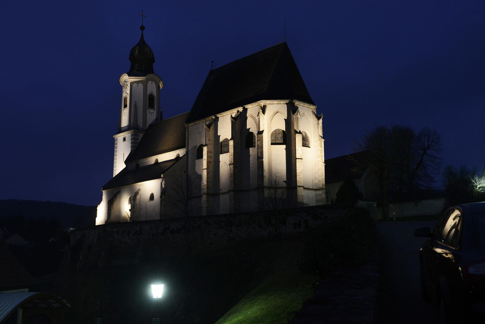 The beauty of Siegrun Appelt's work appears just after dusk, due to the lighting for the church of Emmersdorf. – © NT Neubau