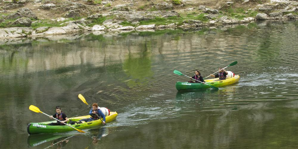 There are many out-door activities in the Gorges du Gardon, such as canoeing. – © Laurent Mignaux / Meedm