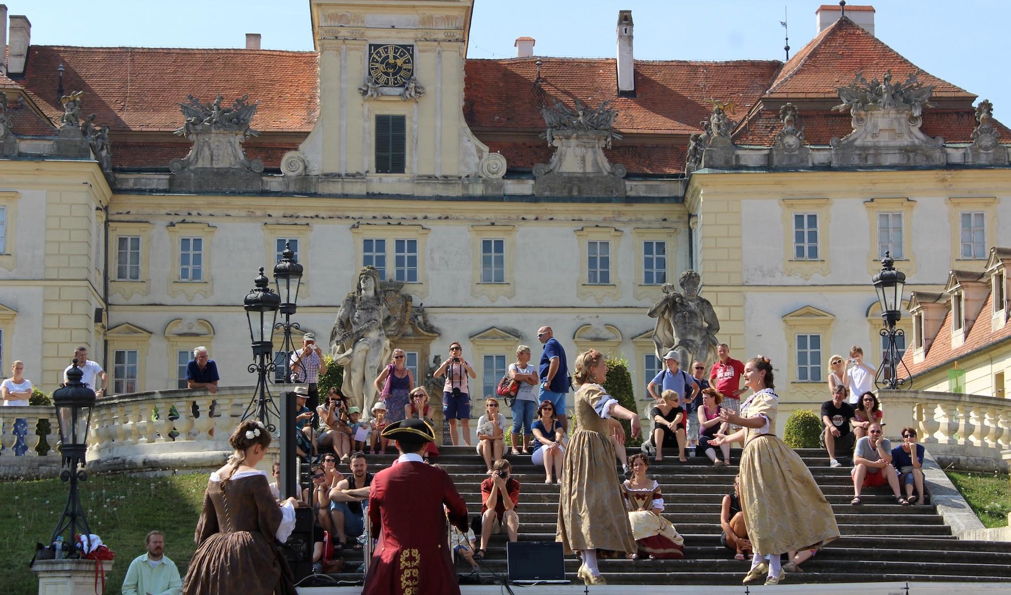 Baroque dance in front of Valtice Castle during baroque festival Feste Teatrale. – © Lenka Beránková