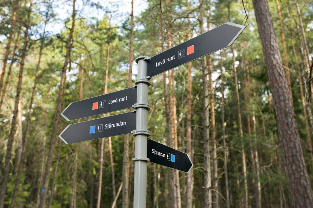 Choose among several different excellent trails that take you around the area on foot or by bike. The Lovö Circle Trail is 17 kilometres long. – © Melker Dahlstrand