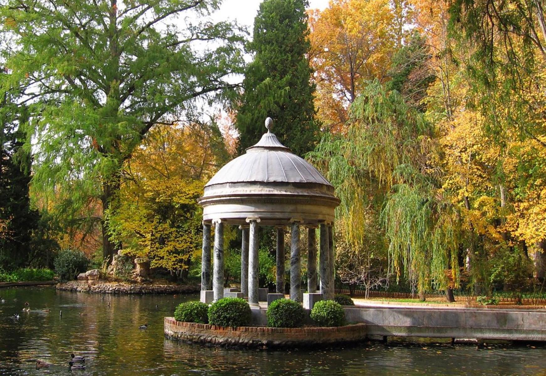 在18世纪,胡安·代·维拉纽瓦修建了王子花园内中国池塘中的希腊亭。它由数根爱奥尼柱支撑点缀有铜菠萝的拱顶。- © TalyaPhoto / Shutterstock.com