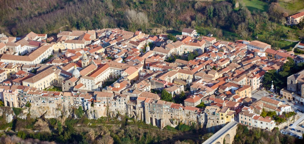 Aerial photo of the village and the Cathedral – © Emma Taricco