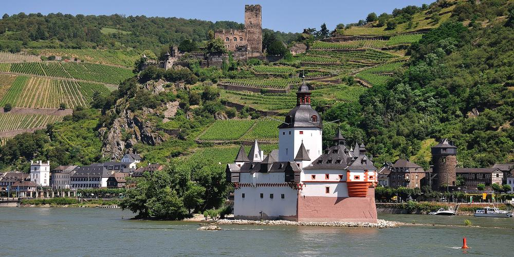 Pfalzgrafenstein Castle in Kaub is a former toll castle built in the 14th century on a rocky island in the Rhine. A passenger ferry takes visitors to the castle. – © Werner Schwarz / Rhein-Touristik Tal der Loreley