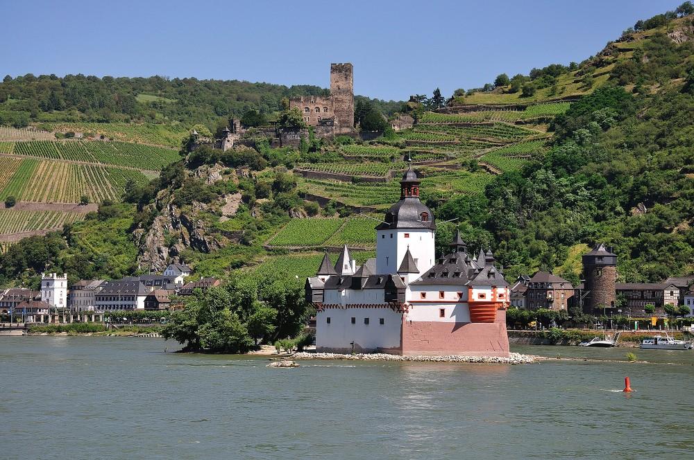 Le château de Pfalzgrafenstein à Kaub, très prisé des photographes, fut une source d'inspiration pour l'écrivain Victor Hugo. Un petit ferry transporte les passagers sur l'île. – © Werner Schwarz / Rheintouristik Tal der Loreley