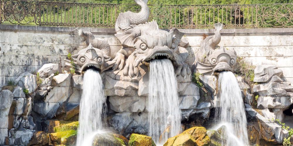 La Fontana dei Delfini (Fontaine des Dauphins). La construction du jardin a débuté en 1753, l'année même de la construction de l'aqueduc Carolino qui redirige l'eau des pentes du mont Taburno pour alimenter les fontaines des jardins royaux et en irriguer les plantes. – © Mariano De Angelis