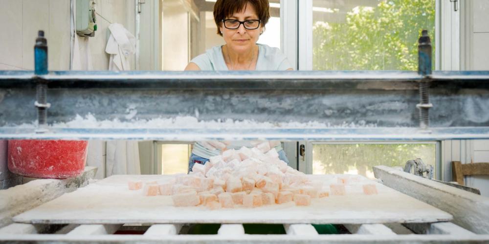Les fabricants locaux de Geroskipou sont ravis d'accueillir des visiteurs et de leur faire découvrir le procédé de fabrication des loukoums. – © Michael Turtle