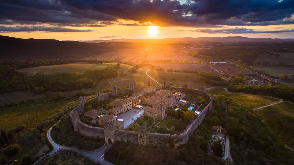 Walking at your own pace on gentle rolling hills famous for their beauty, you head to Monteriggioni. Don't miss to visit the castle, almost untouched by time! – © Yari Ghidone / Slow travel Fest