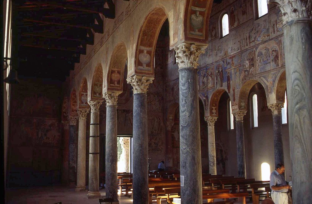 """Internal view of the right nave of the Basilica with fresco decoration with the """"Last Judgment"""". – © Caserta Royal Palace Archive"""