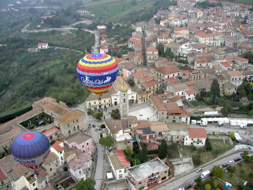 Hot air balloons above the historic town of Fragneto Monforte – © Giancarlo Di Tocco / Wikimedia