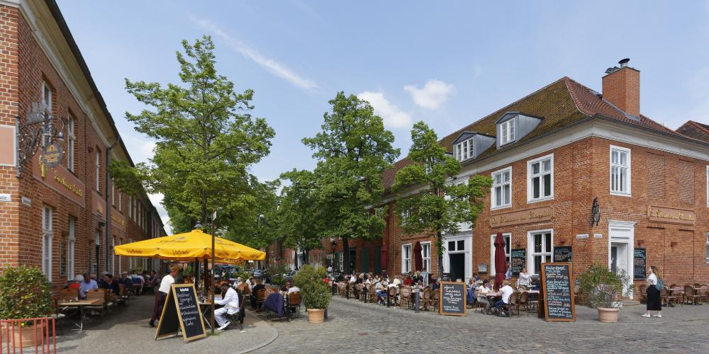 Downtown Potsdam is a buzzing centre with cafes, bistros, and boutiques. – © Andre Stiebitz / PMSG