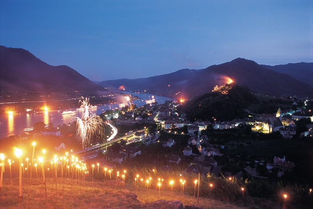 Le solstice d'été est célébré par une multitude de feux et de lumières, attirant des milliers de personnes, sur le Danube et sur ses rives. – © Cathrine Stukhard / NÖW