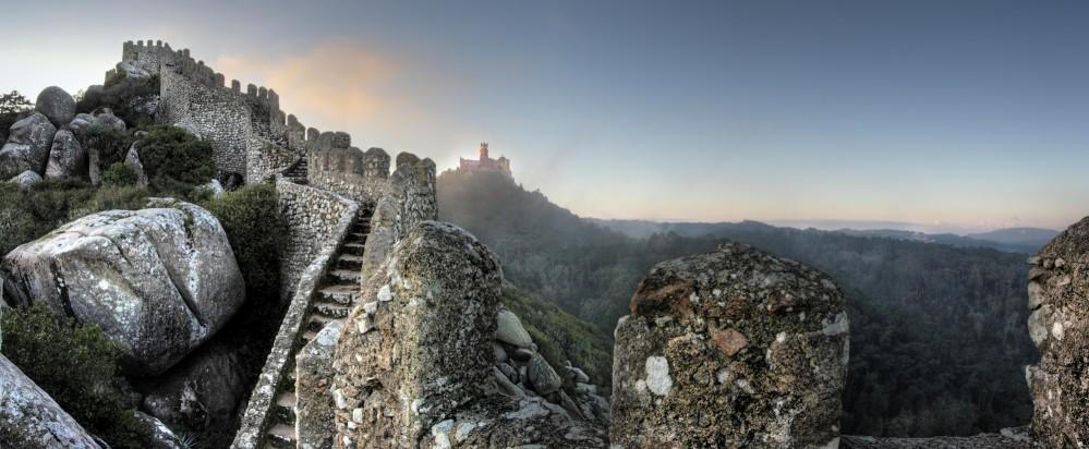 Le château des Maures a été restauré au XIXe siècle par le roi Ferdinand II qui , selon le goût romantique d'alors, en a fait une ruine médiévale. – © PSML / EMIGUS