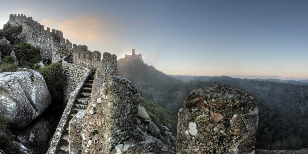 In the 19th century, the Moorish Castle was restored by King Ferdinand II as a medieval ruin—in keeping with the romantic taste of the period. – © PSML / EMIGUS