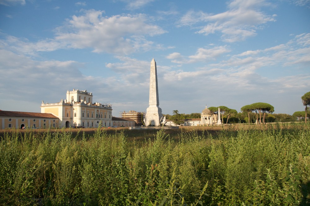External Horse racetrack with obelisks and a circular temple with a classic shape. – © Emma Taricco