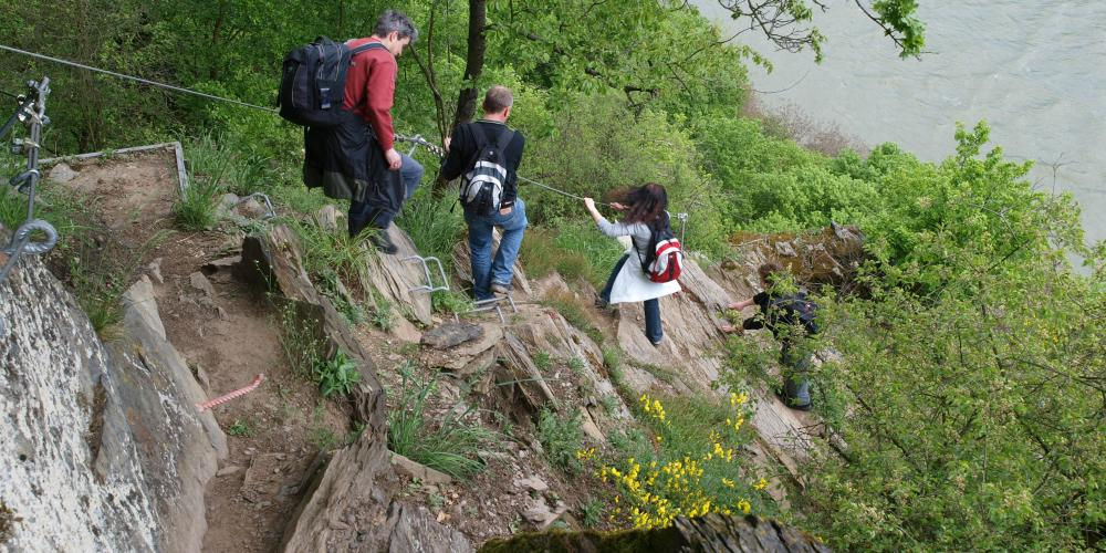 Adventurous hikers on the RheinBurgenWeg, the Oelsberg Via Ferrata near Oberwesel. – © Thomas Merz / Rheintouristik Tal der Loreley