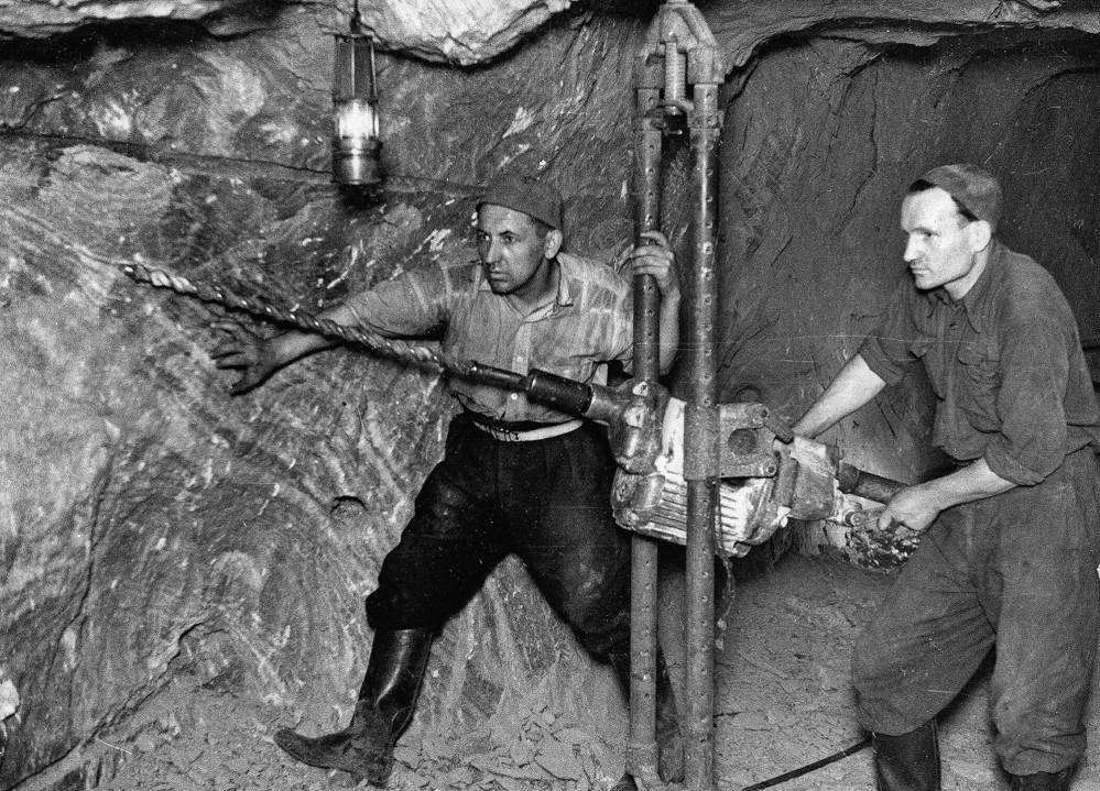 Des mineurs forent des trous de mine dans la mine de sel de Bochnia. La technique a été utilisée à partir de la fin du 19ème siècle. Photographie des années 1930 – © Bochnia Salt Mine