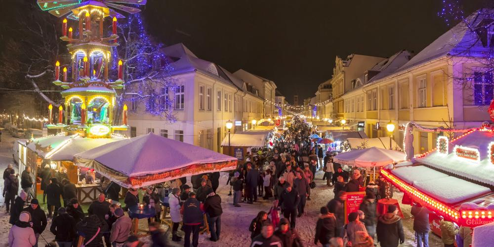 You can find shopping and local food and drink all through the festive period at the central Christmas market. – © Andre Stiebitz / PMSG