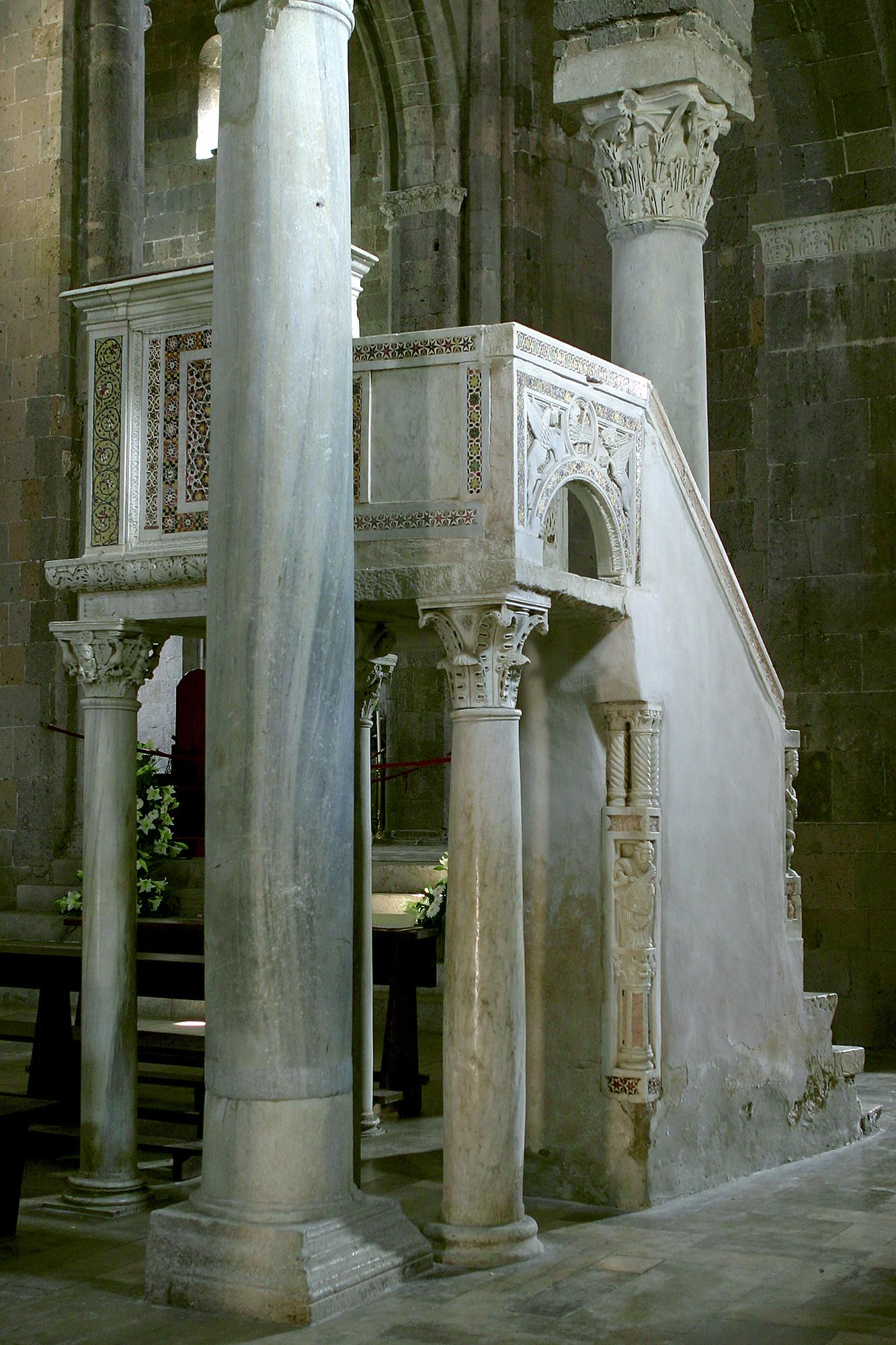 Pulpit and massive columns of the Basilica. – © Bruno Cristillo
