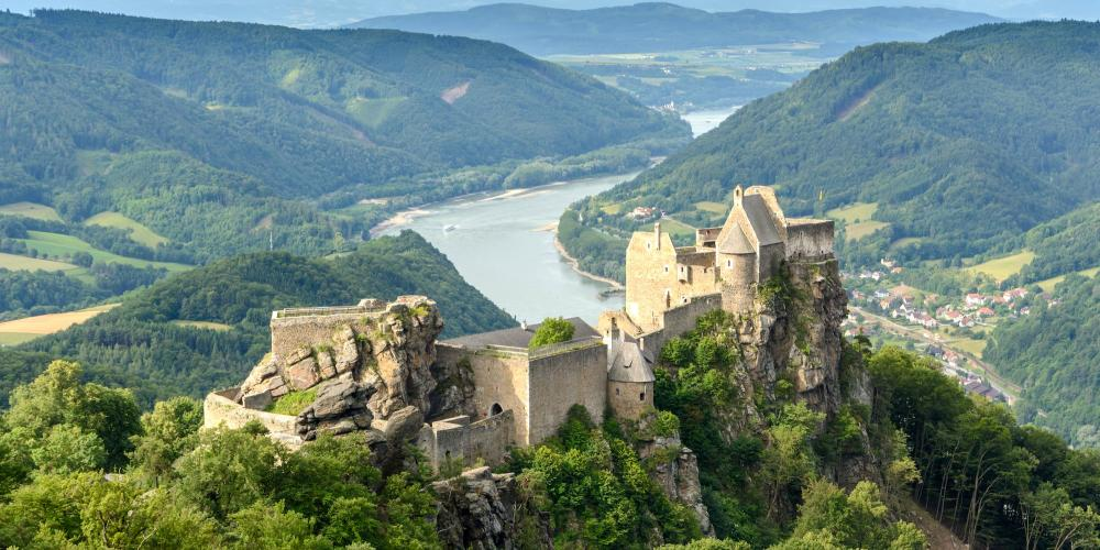 Aggstein Castle sits high above the Danube on the hills of the Dunkelsteinerwald Forest. – © uoaei1 / Wikimedia