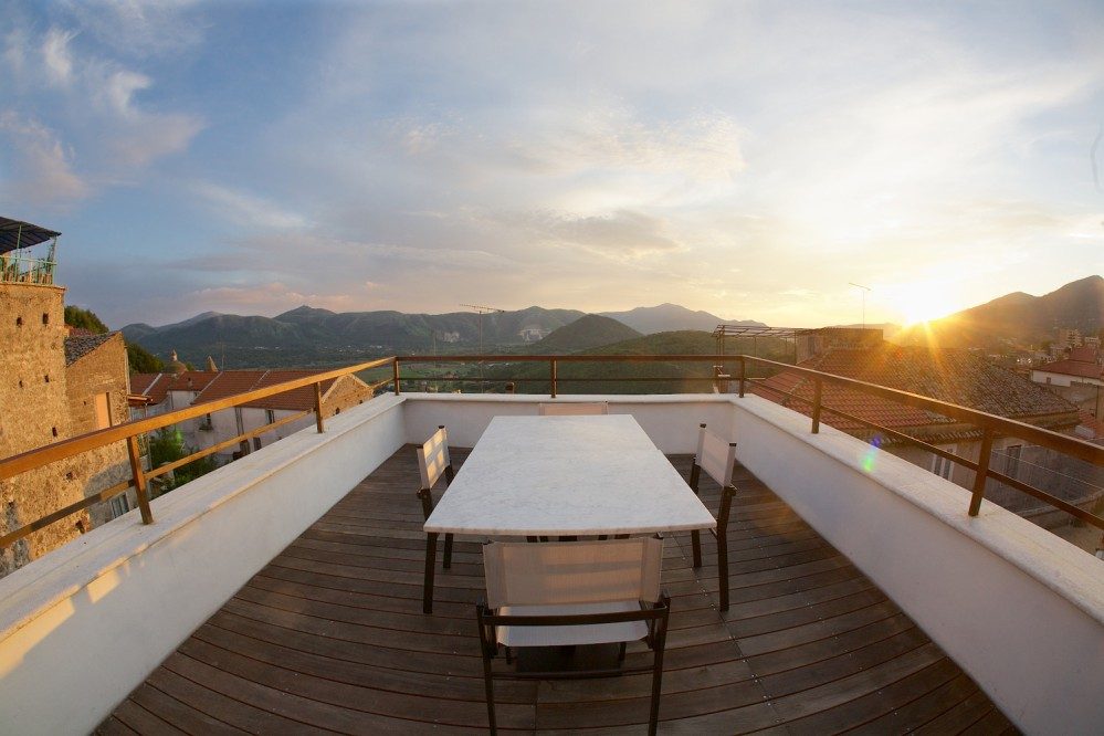 The panoramic terrace at Franco Pepe's pizzeria at sunset. – © Luciano Furia
