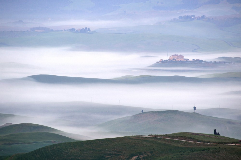 The romantic experience continues with an astonishing photo of the magnificent panoramic viewpoints in Volterra overlooking the surrounding hills. – © Tiziano Pieroni / Be Tuscan for a day