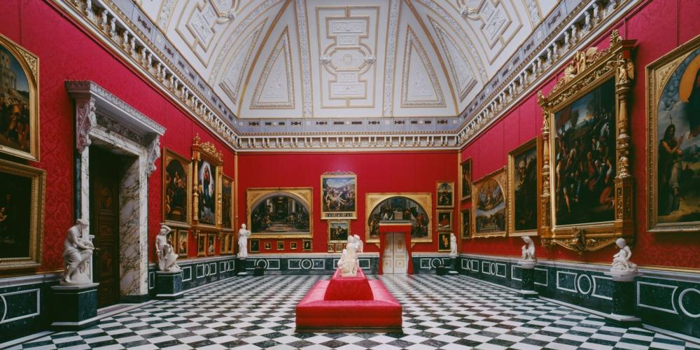 The central section of the three-winged Orangery Palace complex encompasses the impressive Raphael Hall, with its interesting collection of more than fifty 19th century copies of paintings by Raphael, including such well-known works as the Sistine Madonna and the Transfiguration. The red silk wall coverings add to the opulence and splendor of the paintings in their gilded frames. Particularly worth noting is the Malachite Room in the guest apartments, lavishly adorned with sculptures, gilded décor, and decorative objects. – © L. Seidel/SPSG