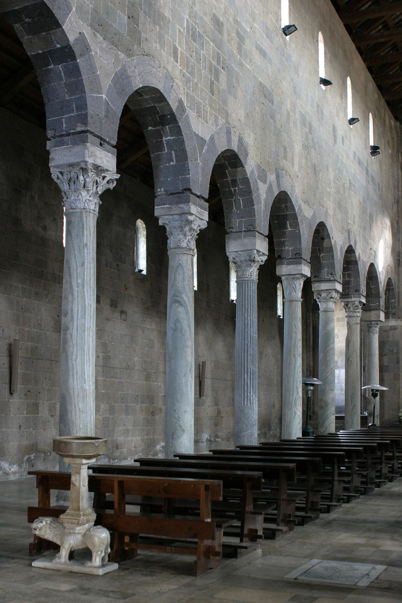 Columns and side aisle of the 12th century Basilica. – © Bruno Cristillo