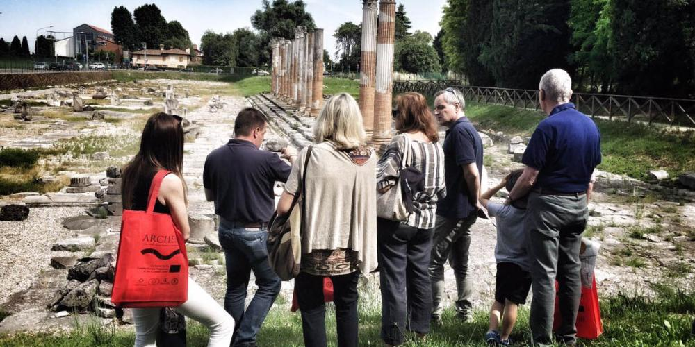 Visitors in the Roman Forum, led by archaeologists telling ancient stories and illuminating precious finds. – © Gianluca Baronchelli